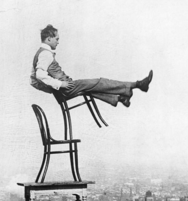 uomo in equilibrio su sedia